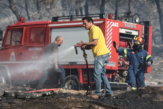 Μεγάλη φωτιά σε δασική έκταση στον Βύρωνα