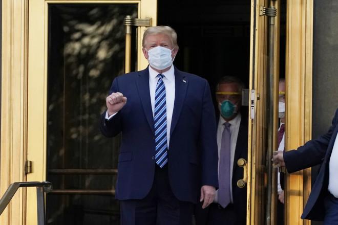 Ο Τραμπ Σηκώνει Τη Γροθιά Του Βγαίνοντας Από Το Νοσοκομείο