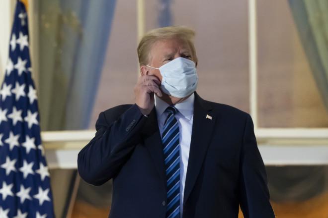 Ο Τραμπ Βγάζει Τη Μάσκα Του Φτάνοντας Στον Λευκό Οίκο