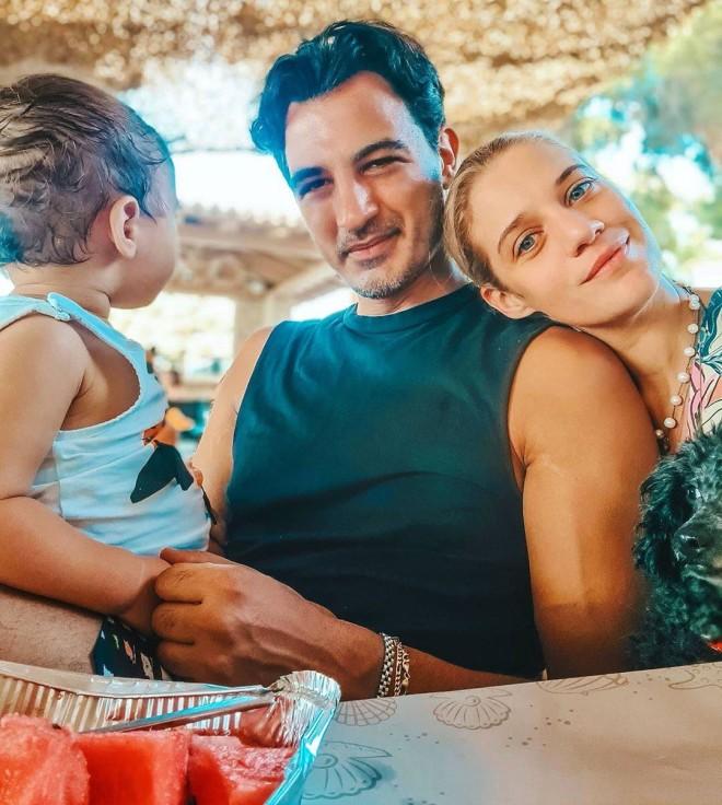 Ο Δήμος Αναστασιάδης μαζί με την Τζένη Θεωνά και τον γιο τους