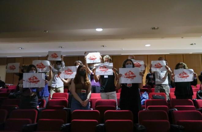 διαμαρτυρία μέσα στη δικαστική αίθουσα