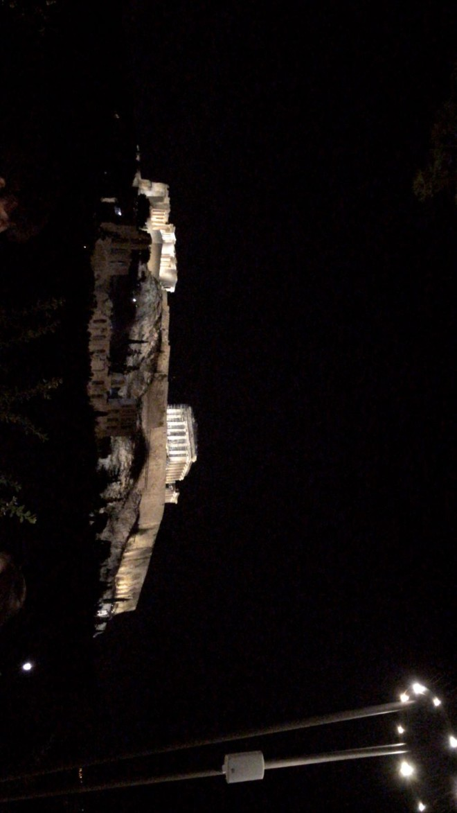 Ο Άγγελος Λάτσιος επέλεξε να περάσει το Σαββατόβραδό του απολαμβάνοντας την πιο όμορφη θέα της Αθήνας την Ακρόπολη