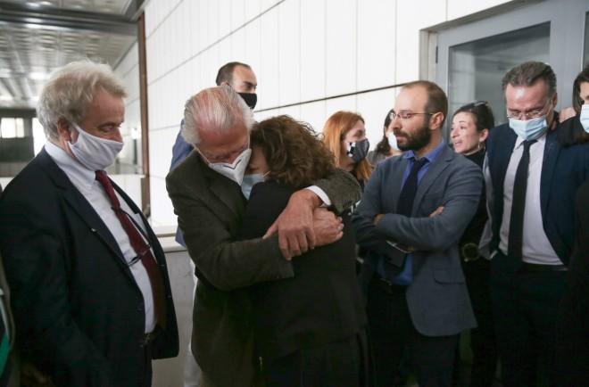 Η Μάγδα Φύσσα πέφτει στην αγκαλιά δικηγόρων