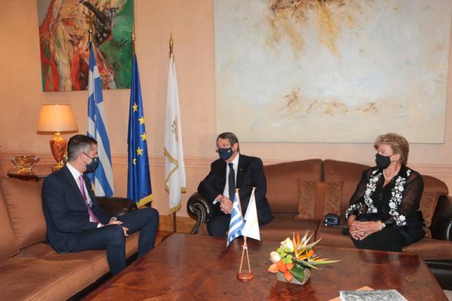 Κώστας Μπακογιάννης Νίκος Αναστασιάδης Άντρη Αναστασιάδη στο Δημαρχείο της Αθήνας πριν από την τελετή βράβευσης
