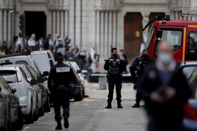 Αστυνομικοί έξω από την εκκλησία στη Νίκαια