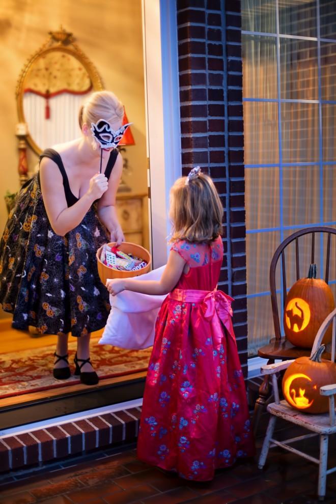 Κατα τον εορτασμό του Χάλογουιν μικρά παιδιά πανε απο σπίτι σε σπίτι φωνάζοντας φάρσα ή κέρασμα με σκοπό να πάρουν όσο πιο πολλά γλυκά γίνεται