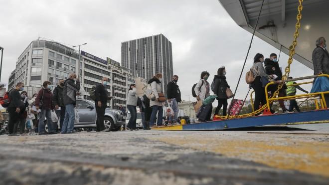 Αυξημένη κίνηση και στο λιμάνι του Πειραιά μία μέρα πριν το δεύτερο lockdown