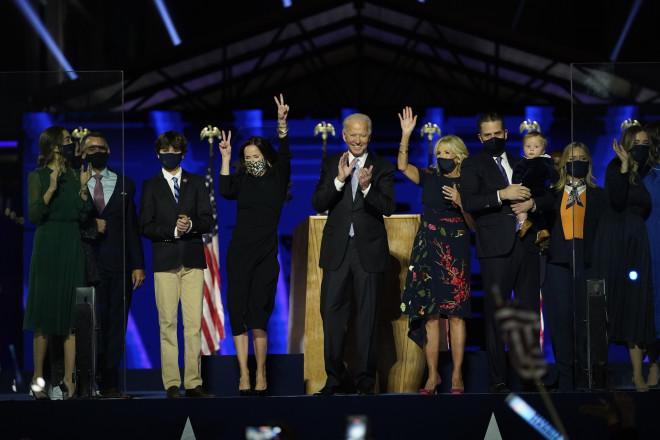 Ο Τζο Μπάιντεν πανηγυρίζει τη νίκη με την οικογένειά του