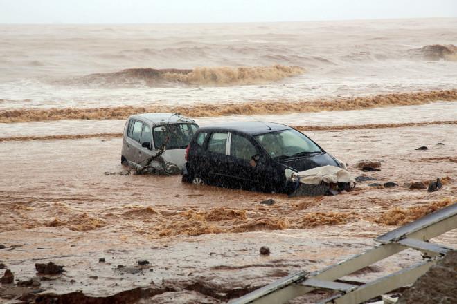 Αυτοκίνητα παρασύρθηκαν από τους χειμάρρους στην Κρήτη