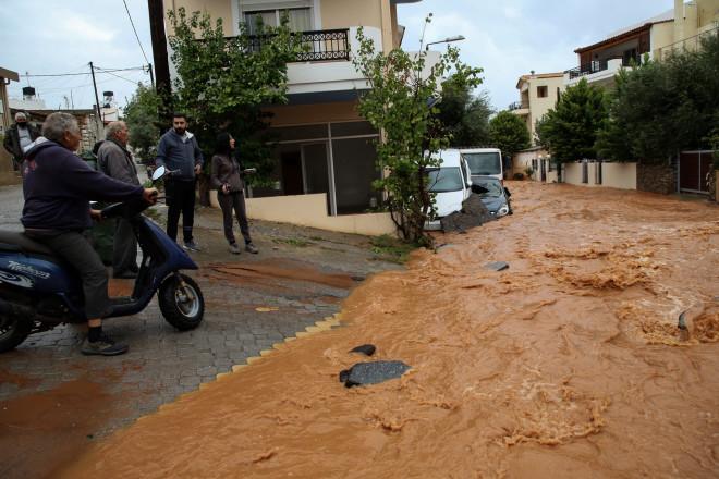Δρόμοι μετατράπηκαν σε ποτάμια στην Κρήτη
