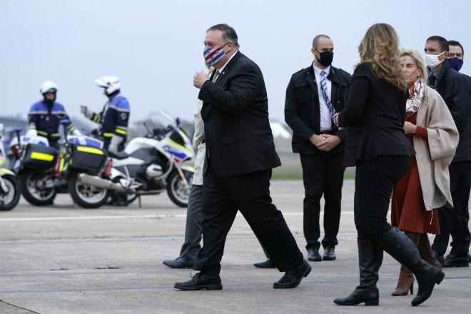 Η άφιξη του Μάικ Πομπέο και της συζύγου του στη Γαλλία, το Σάββατο