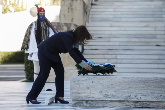 Η Κατερίνα Σακελλαροπούλου καταθέτει στεφάνι στο Μνημείο του Άγνωστου Στρατιώτη