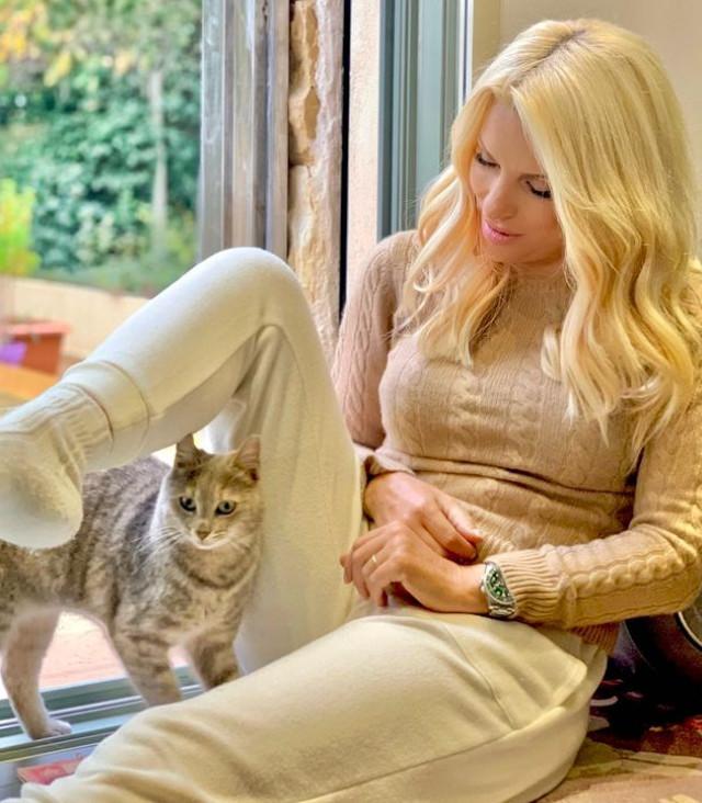 ελενη μενεγάκη instagram κατοικίδια γάτα σκυλος