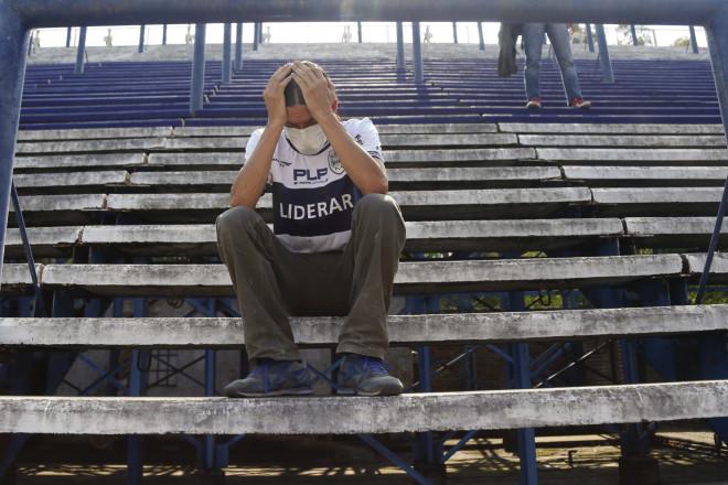Κλαίνε στο γήπεδο για τον Μαραντόνα