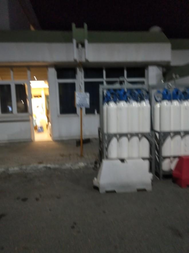 Φορητές μπουκάλες οξυγόνου στο νοσοκομείο Γιαννιτσών - φωτογραφία Μιχ. Γιαννάκου