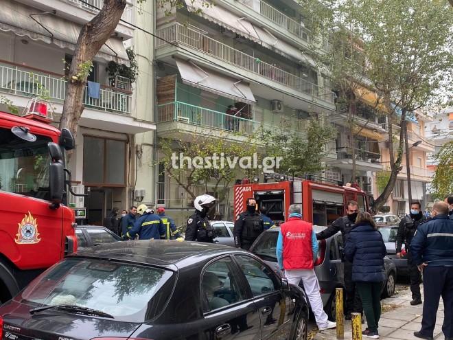 Η πολυκατοικία όπου ξέσπασε η φωτιά- Απέξω δυνάμεις της πυροσωβεστικής, της αστυνομίας και του ΕΚΑΒ