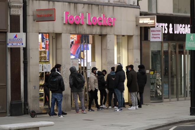 Καταναλωτές έξω από κατάστημα υποδημάτων - Σήμερα ανοίγουν στη Βρετανία και τα καταστήματα μη απαραίτητων ειδών