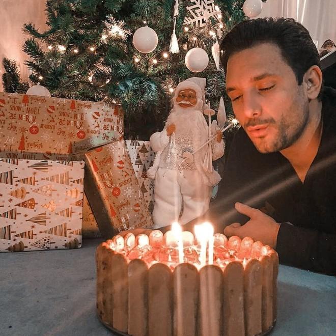Ευθύμης Ζησάκης Τα γενέθλια και η σπιτική τούρτα που του ετοίμασε η αγαπημένη του