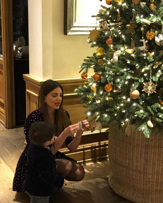 Τσιμτσιλή χριστούγεννα σπίτι χριστουγεννιάτικο δέντρο γιος παιδιά