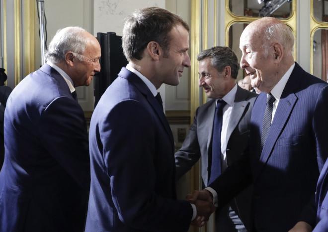 Χειραψία με τον Εμανουέλ Μακρόν στο Παρίσι το 2018- πηγή: Thomas Samson, Pool via AP