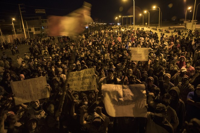 Μπλόκο αγροτών στο Περού κατά τη διάρκεια διαμαρτυρίας στην επαρχία Ica του Περού