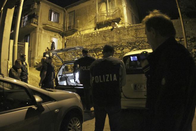Αστυνομική επιχείρηση του FBI και της ιταλικής αστυνομίας έξω από το σπίτι υπόπτου για συμμετοχή στημαφιόζικη οργάνωση Ντραγκέτα,στη Σινόπολη της νότιας Ιταλίας, το 2015 (AP Photo/Adriana Sapone)