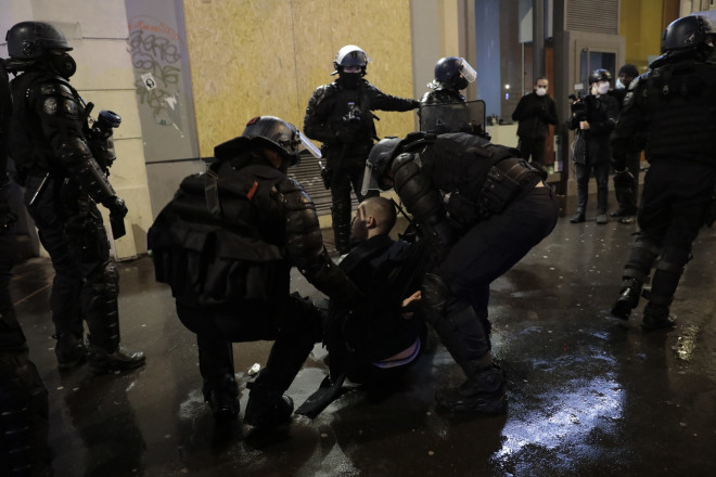 Οι Γάλλοι αστυνομικοί συλλαμβάνουν διαδηλωτή -(AP Photo/Lewis Joly)