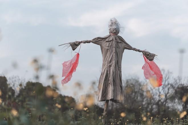 """Οι ντόπιοι στο Εκουαδόρ γιορτάζουν το Los Anos Viejos, που σημαίνει """"τα παλιά χρόνια""""-μια παράδοση κατά την οποία θεωρούν ότι καταστρέφονται όλοι οι «δαίμονες» της προηγούμενης χρονιάς. Οι ντόπιοι λοιπόν δημιουργούν κούκλες - σκιάχτρα, μερικές διακοσμημένες με πινακίδες, που περιγράφουν τις αμαρτίες του."""