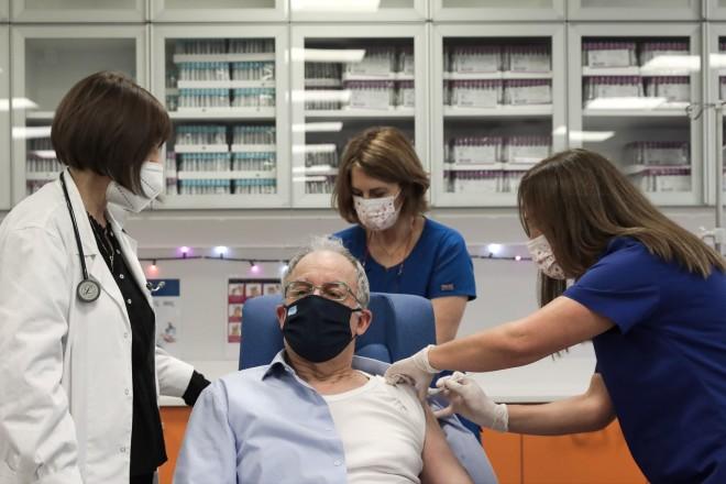 Ο Κωνσταντίνος Τασούλας κάνει το εμβόλιο για τον κορωνοϊό