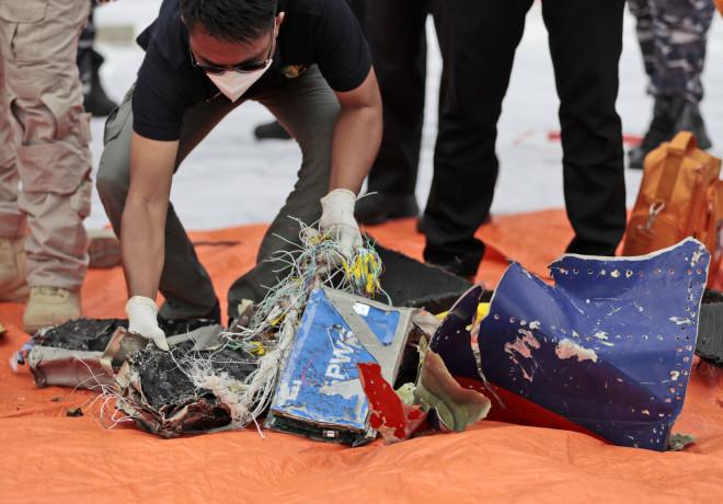 Δύτες ανασύρουν συντρίμμια του αεροπλάνου από τον βυθό-AP Photo/Dita Alangkara