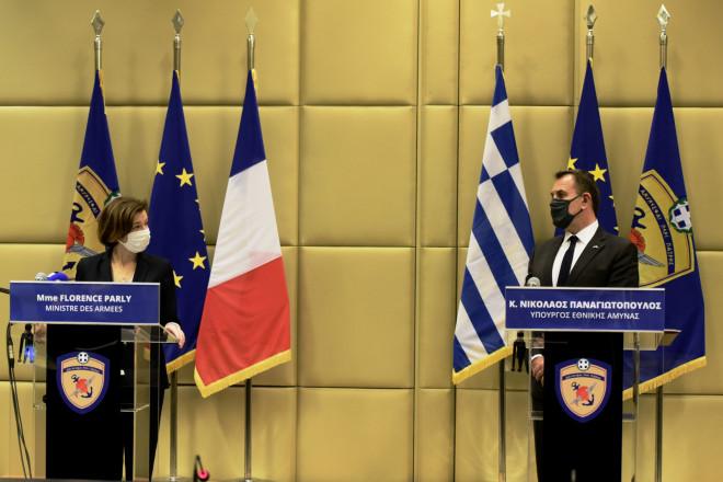 Από δεξιά: ο Έλληνας υπουργός Εθνικής Άμυνας και η Γαλλίδα ομόλογός του- φωτογραφία Eurokinissi
