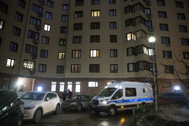 Όχημα της αστυνομίας έξω από το σπίτι του Αλεξέι Ναβάλνι - φωτογραφία ΑΡ