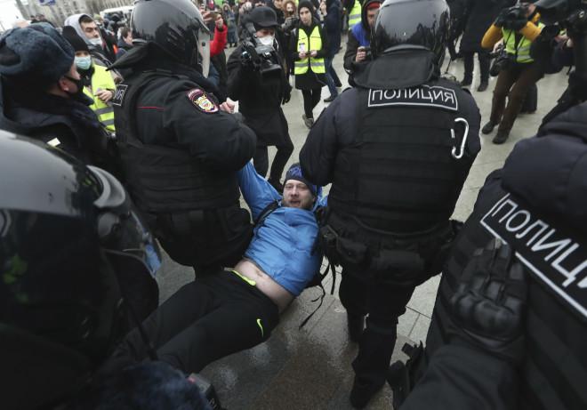Άνδρες της ρωσικής αστυνομίας πέρνουν σηκωτό διαδηλωτή -φωτογραφία ΑΡ