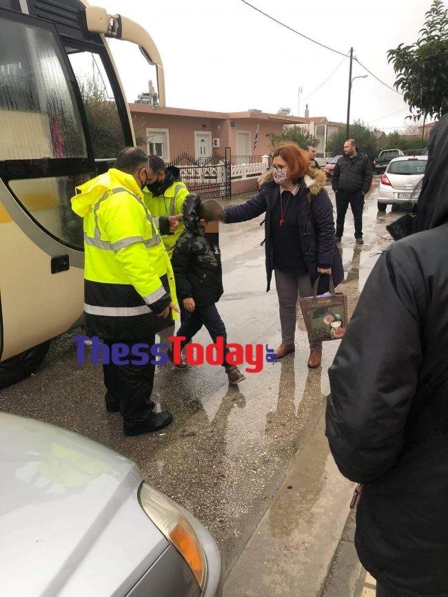 Mεταφορά μαθητών σε ασφαλές σημείο - φωτογραφίαthesstoday.gr