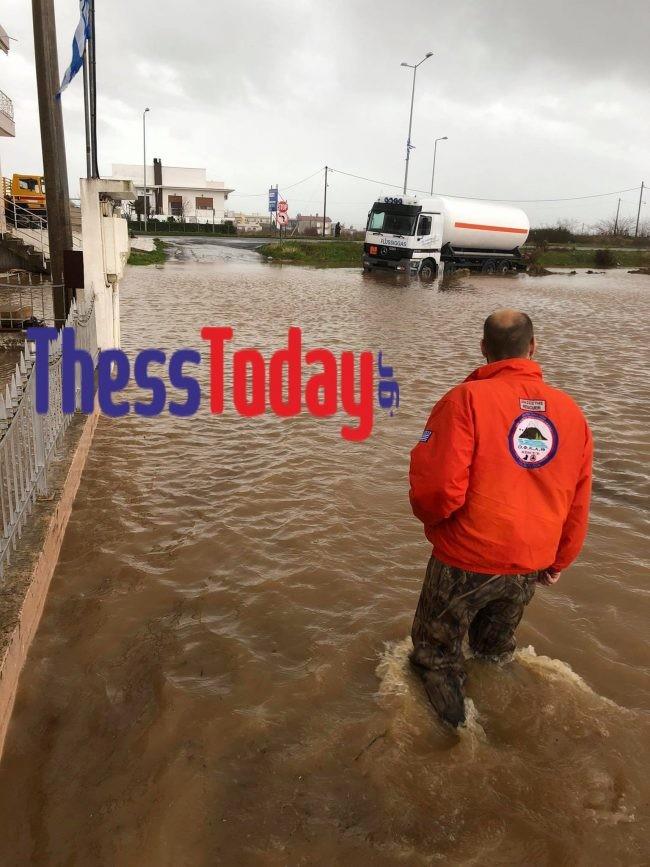 Διασώστης τουΟ.Φ.Κ.Α.Θ. στον πλημμυρισμένο Απαλό- φωτογραφίαthesstoday.gr