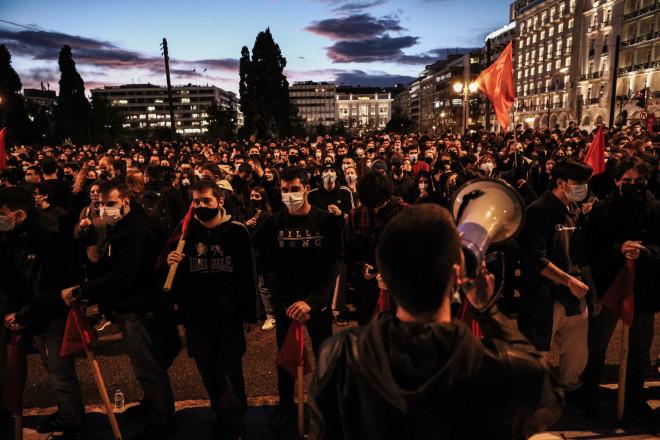Φοιτητές με πανό και κόκκινες σημαίες στο σημερινό πανεκπαιδευτικόσυλλαλητήριο στο Σύνταγμα- φωτογραφία Eurokinissi