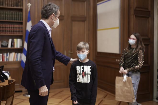 ΟΚυριάκος Μητσοτάκης υποδέχτηκε στο Μέγαρο Μαξίμου δύο παιδιά που έχουν νικήσει τον καρκίνο- φωτογραφία ΙΝΤΙΜΕ