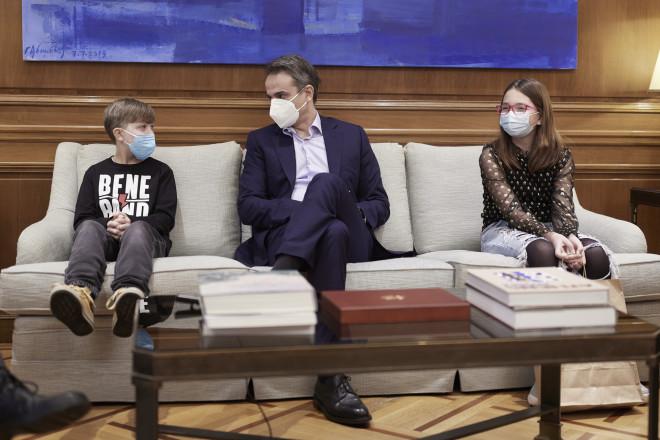 Συνάντηση Μητσοτάκη με τον Φίλιππο και τη Νεφέλη, δύο παιδιά που έχουν νικήσει τον καρκίνο