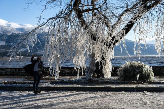 Η χιονισμένη λίμνη Ιωαννίνων