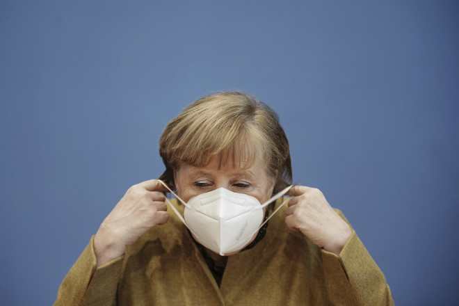 H Γερμανίδα καγκελάριος όταν ξαναφόρεσε την ξεχασμένη μάσκα της, μετά την ομιλία της στη γερμανική βουλή- φωτογραφία ΑΡ