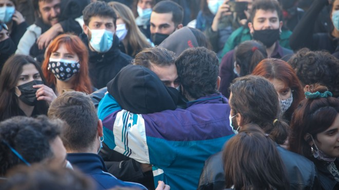 φοιτητές που είχαν συγκεντρωθεί έξω από το Δικαστικό Μέγαρο Θεσσαλονίκης,