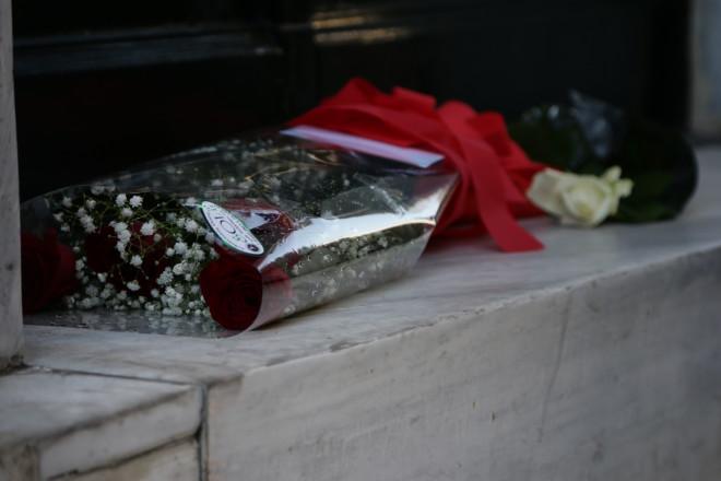 Λουλούδια έξω από το δικηγορικό γραφείο του Μιχάλη Ζαφειρόπουλου, όπου δολοφονήθηκε τον Οκτώβριο του 2017- φωτογραφία Eurokinissi