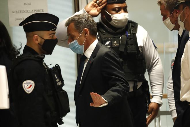 To νεύμα Σαρκοζί στους δημοσιογράφους κατά την έξοδό του από το δικαστήριο, ότι δε θέλει να κάνει καμία δήλωση- φωτογραφία ΑΡ