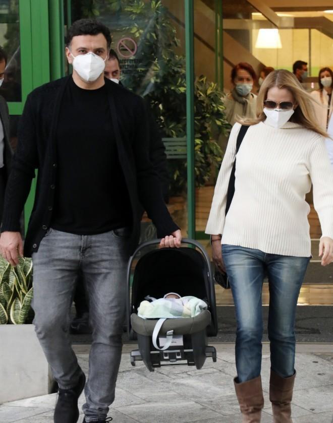 Βασίλης Κικίλιας και Τζένη Μπαλατσινού κατά την έξοδό τους από το μαιευτήριο στις 12 Ιανουαρίου /Φωτογραφία NDP Photo Agency