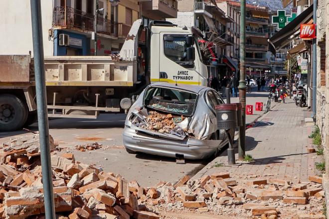 Ζημιές σε όχημα από τις καταρρεύσεις κτιρίων στην Ελασσόνα- φωτογραφία Eurokinissi