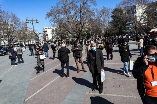 Σε πάρκα και εξωτερικούς χώρους οι κάτοικοι στη Λάρισα- φωτογραφία Eurokinissi