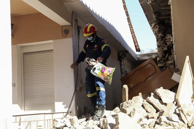 Διασώστης απομακρύνει προσωπικά αντικείμενα από σπίτι που έχει καταρρεύσει- φωτογραφία Eurokinissi