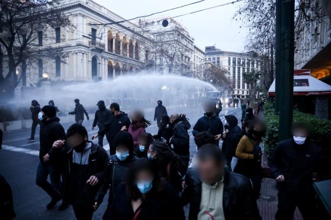 Οι συγκεντρωμένοι απομακρύνονται μετά τη χρήση αύρας- φωτογραφία Eurokinissi
