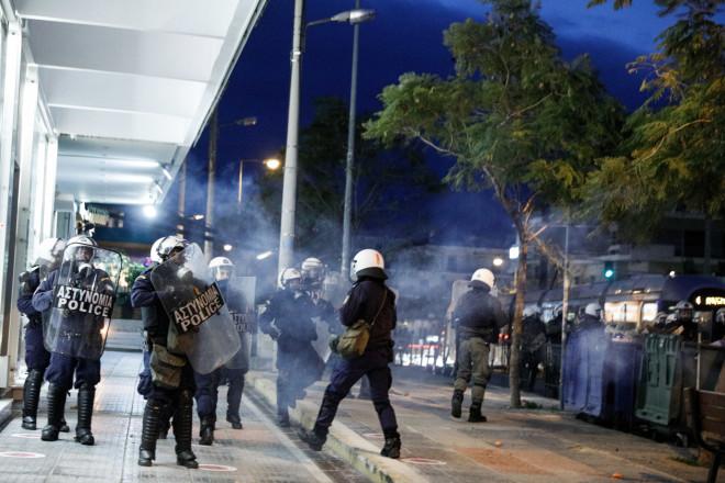Eπεισόδια στηνπλατεία της Νέας Σμύρνης, το απόγευμα της Κυριακής, μεταξύ αστυνομικών και πολιτών που διαμαρτυρήθηκαν για το επεισόδιο αστυνομικής βίας - φωτογραφίαEurokinissi
