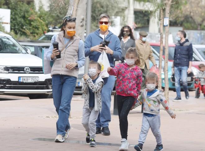 Χρουσαλά - Πατίτσας βόλτα στη Γλυφάδα με τα παιδιά τους